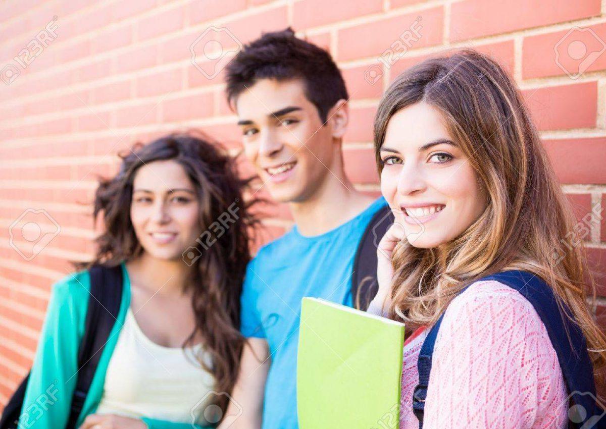 20823548-giovane-gruppo-di-studenti-in-campus
