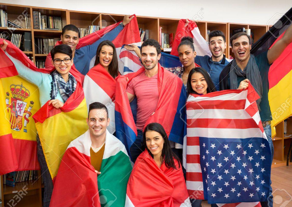 46092965-scambio-multietnico-internazionale-di-studenti-allievi-felici-che-presentano-i-loro-paesi-con-le-ban